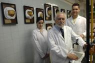 MUSEO DE OLAVIDE EN EL PABELLÓN 8 DE LA FACULTAD DE MEDICINA DE LA UCM DE ENFERMEDADES DERMATOLÓGICAS. LUIS CONDE SALAZAR (DIRECTOR DEL MUSEO OLAVIDE) CON LOS RESTAURADORES AMAYA MARURI Y DAVID ARANDA